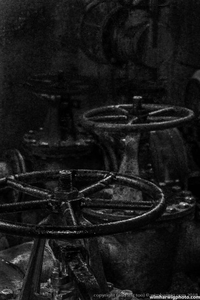 There was a bit too much noise, because the gate valves were in a very dark part of the plant. By accident I found out that I liked this still life actually much better with the accent on the noise .....